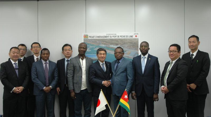 Photo de groupe à l'issue de la signature du contrat d'exécution des travaux entre le Togo et le Japon