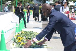 Mr Kouakou SEDAMINOU déposant des gerbes de fleurs en mémoires des victimes