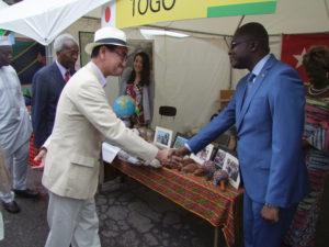 S.E.M. TARO KONO, Ministre des Affaires Etrangères du Japon visitant le stand du Togo